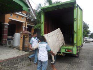 Menata barang di truk pindahan - Jasapindah.id